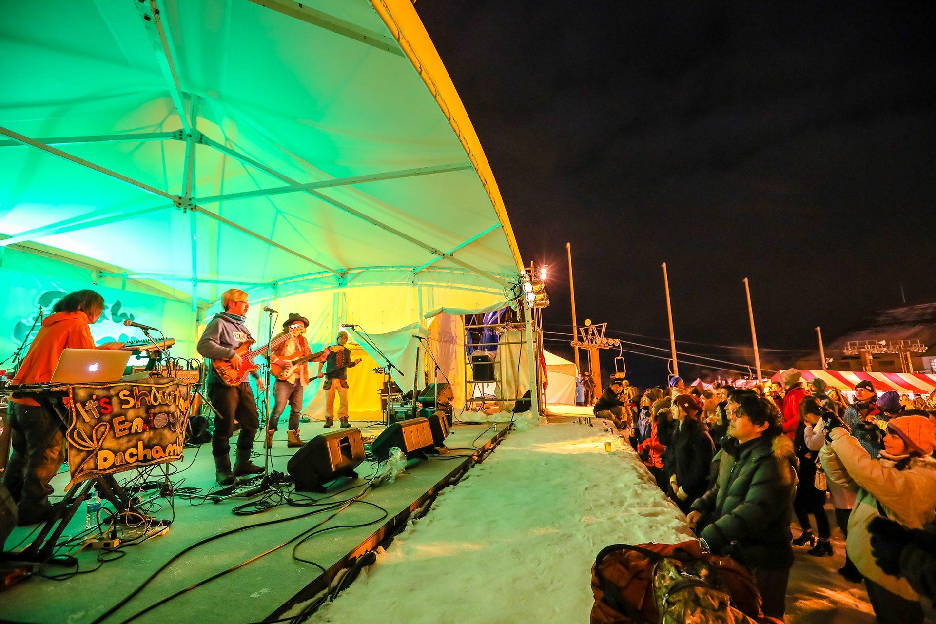 冬の澄んだ空気に響き渡る盛り上がり必至のライブステージ。今宵も熱きアーティストが歴史を作ります。