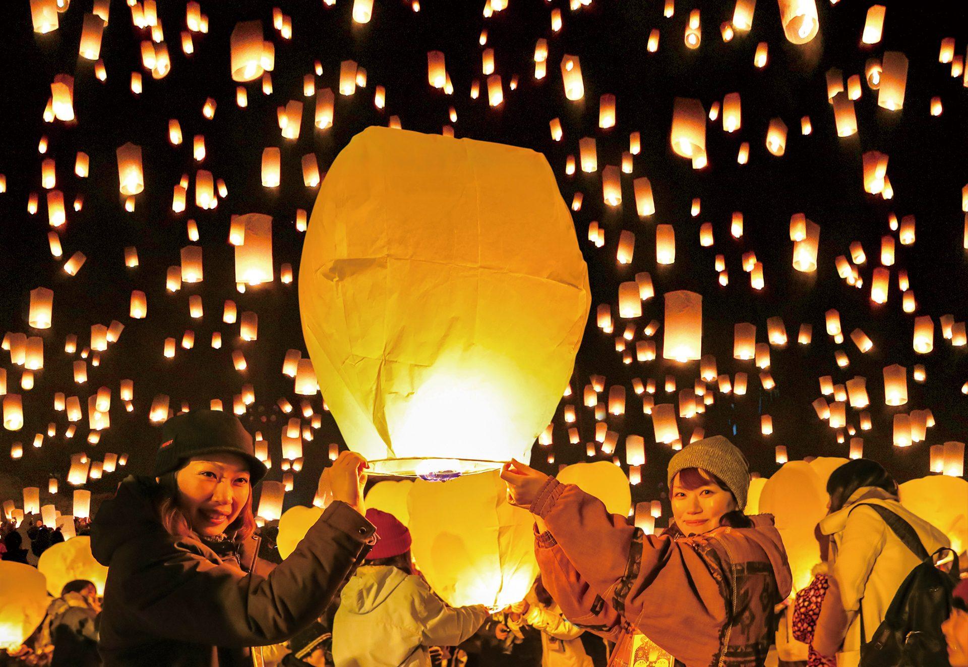 幾千ものスカイランタンが皆の願いを天に運ぶ。 冬の夜空にゆっくり浮かぶ無数のスカイランタン、幻想的な時を体感ください。